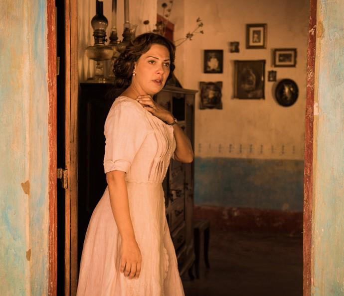 Eulália fica muito preocupada com o marido  (Foto: Caiuá Franco/TV Globo)