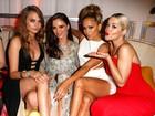 Jennifer Lopez e Cara Delevingne exibem as pernas em festa pós-prêmio