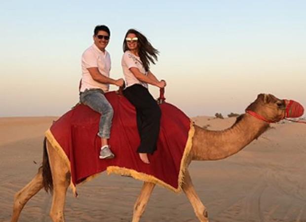 César Filho e Elaine Mickely andam a camelo no deserto de Dubai (Foto: Reprodução/Instagram)