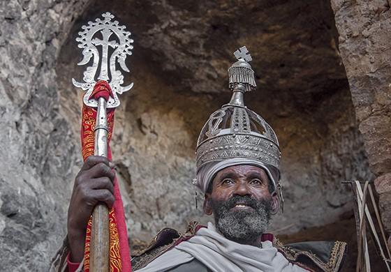 Abebe, o sacerdote responsável por Na'akuto La'ab, com uma coroa antiga na cabeça, mostra uma Cruz de Lalibela  (Foto: © Haroldo Castro/ÉPOCA)