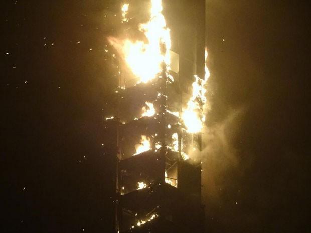 Incêndio no prédio The Torch, em Dubai (Foto: Reprodução/Twitter/RaMiAlGaDi)
