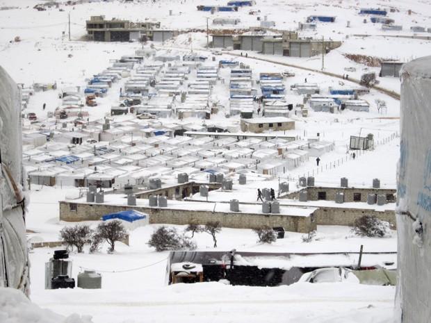 Visão geral de campo de refugiados sírios na cidade libanesa de Arsal, no vale Bekaa, mostra barracas cobertas após tempestade de neve (Foto: AFP Photo/Wissam Al-Omor)