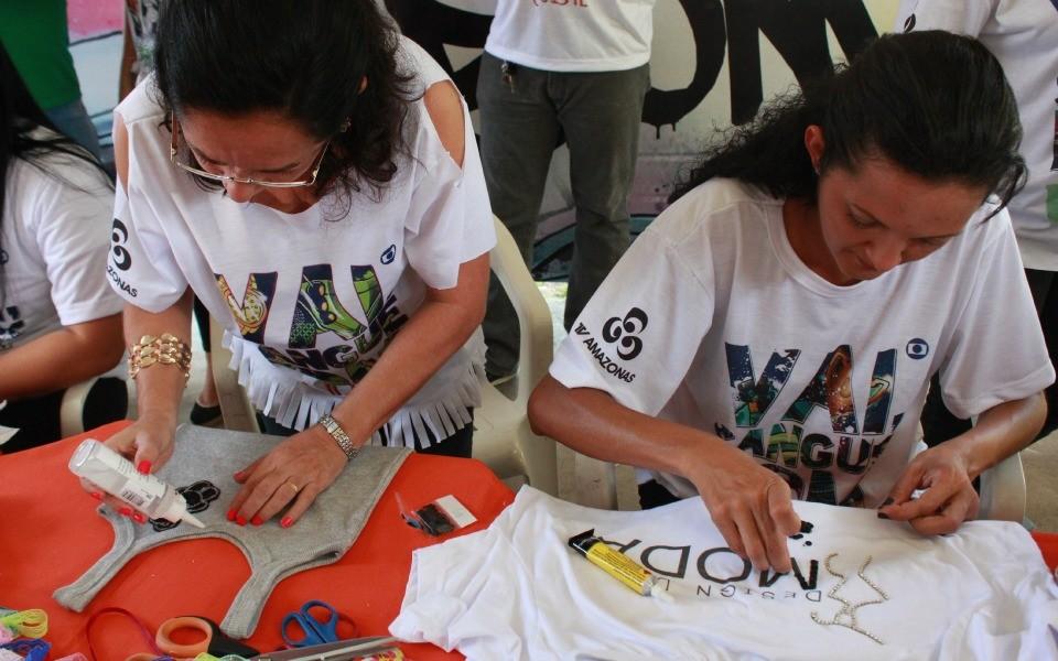 Alunos de curso de modas dão dicas de customização de roupas (Foto: Katiúscia Monteiro/Rede Amazônica)
