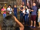 Selecionados em concurso sertanejo cantam para o público em shopping