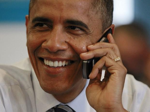 Presidente Barack Obama liga para voluntário de sua campanha durante uma visita ao comitê de sua campanha em Chicago. (Foto: Jason Reed/Reuters)