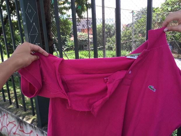 Blusa de aluno de 16 anos ficou rasgada após agressões (Foto: Paula Paiva Paulo/G1)