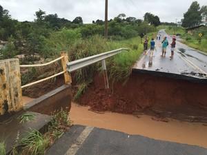Chuva danifica ponte do rio Batalha, que fica na avenida Elias Miguel Maluf (Foto: Giuliano Tamura/TV TEM)