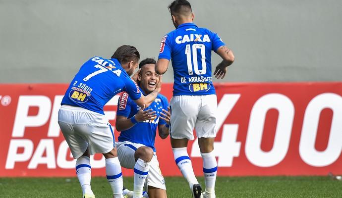 Rafinha, Sobis e Willian comemoram gol contra o Coritiba  (Foto: Pedro Vilela/Light Press)