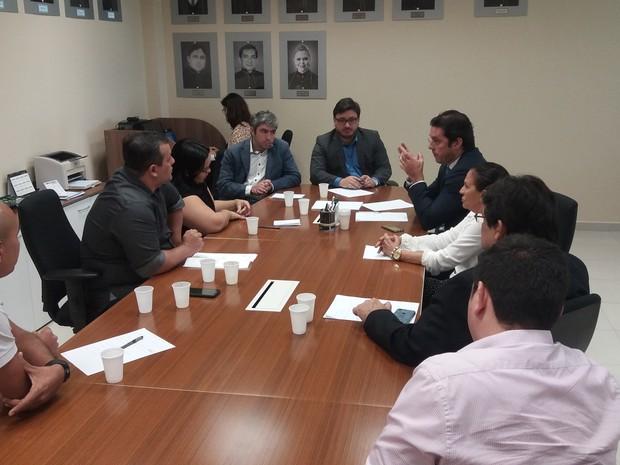 reunião; mp-ap; sesa; saúde; mesa de reunião; discussão; (Foto: John Pacheco/G1)