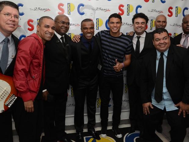 Thiago Silva com integrantes do grupo Só Pra Contrariar em show no Rio (Foto: Bruno Henrique/ Divulgação)