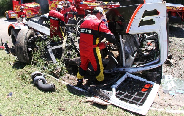 Bombeiros trabalham no resgate ao paranaense Diumar Bueno após grave acidente na Fórmula Truck neste sábado (Foto: Divulgação)