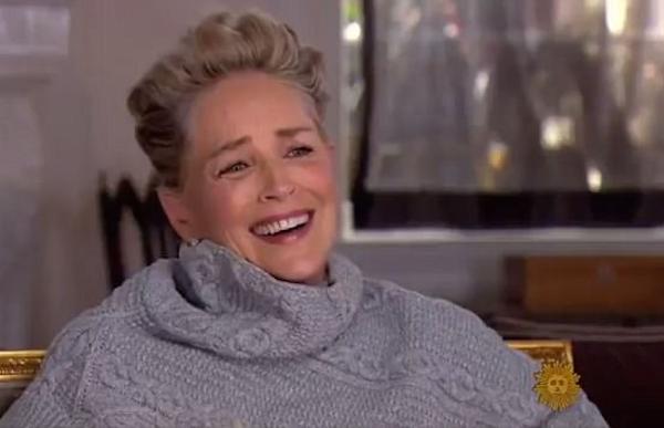 A atriz Sharon Stone em meio a risos após questionamentos sobre abuso e assédio em Hollywood (Foto: Reprodução)