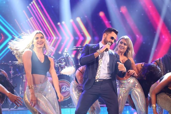 Latino sensualiza com as bailarinas do programa (Foto: Carol Caminha/Gshow)