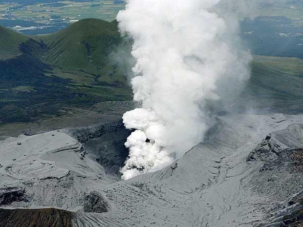 Vista aérea da erupção do Monte Aso (Foto: Kyodo / via Reuters)