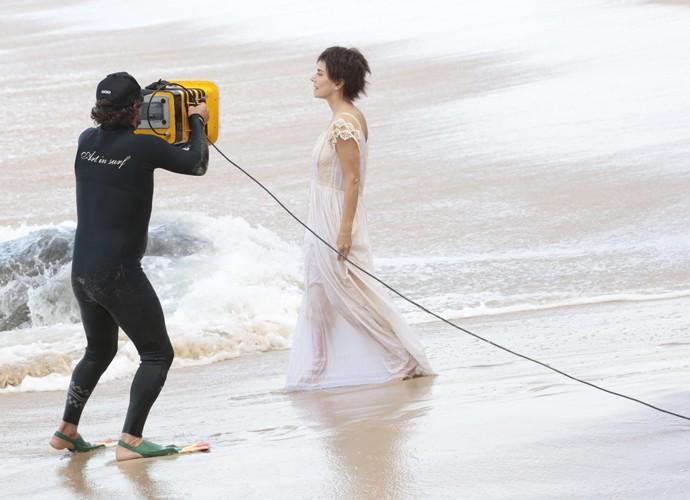 Maitê Proença grava cenas fortes de Dionísia em praia no Rio de Janeiro (Foto: Felipe Monteiro)