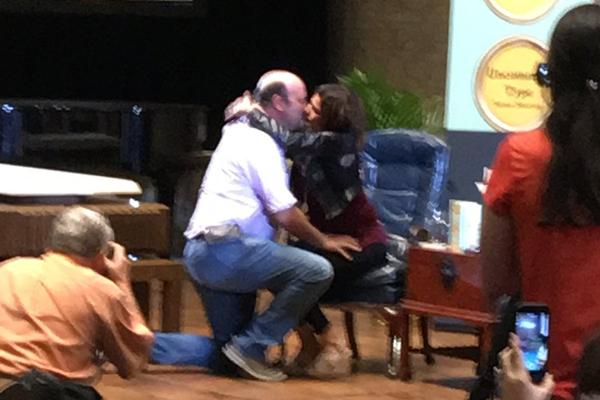 O casal que teve o auxílio de Tom Hanks durante o pedido de casamento (Foto: Twitter)