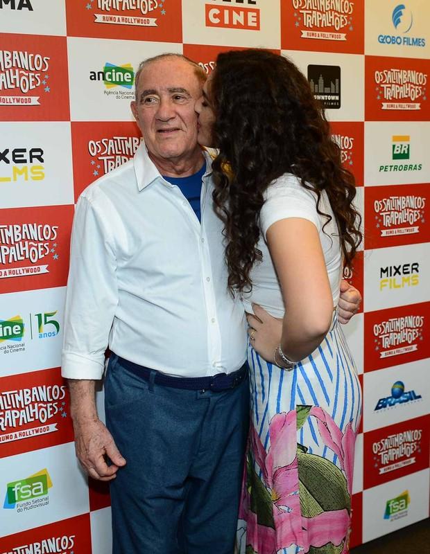 Livian Aragão dá beijinho no pai, Renato Aragão  (Foto: Francisco Cepeda/Agnews)