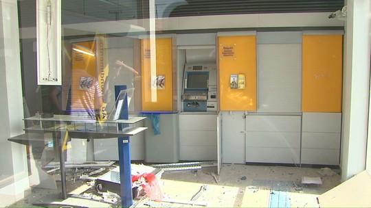 Assaltantes explodem caixa eletrônico e trocam tiros com a polícia no Paraná