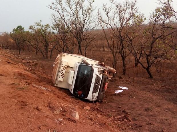 Caminhão frigorífico fica tombado às margens da BR-364 (Foto: Pimenta Virtual/ Reprodução)