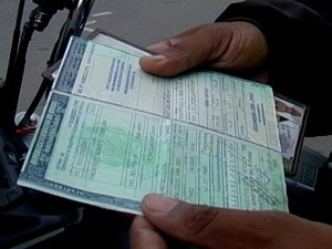 Motofretista pagou à vista e aguarda novo documento (Foto: TV Integração/Reprodução)
