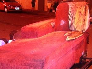 Bombeiros suspeitam que chamas começaram em sofá, em Aparecida de Goiânia, Goiás (Foto: Reprodução/TV Anhanguera)