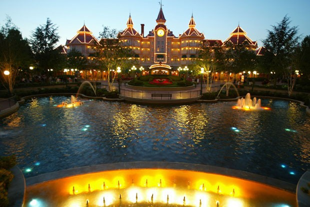 MARNE LA VALLEE, FRANCE - AUGUST 22:  The Disneyland hotel is shown at  Disneyland Paris August 22, 2002 in Marne la Vallee, France.  After a rocky start ten years ago Disneyland Paris, formerly known as EuroDisney, is now one of Europe's most popular att (Foto: Thinkstock)