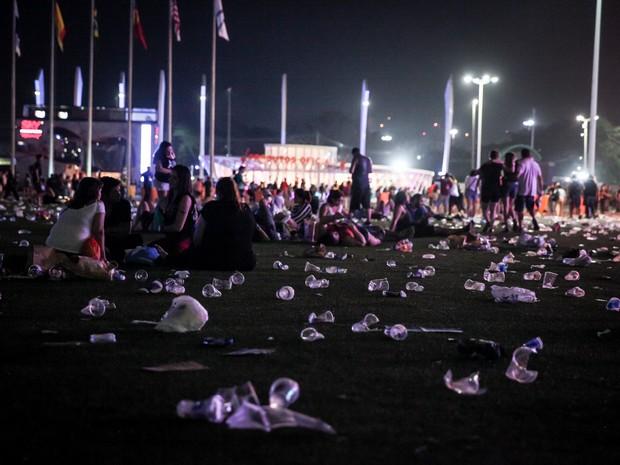Lixo espalhado na Cidade do Rock após o terceiro dia de shows neste domingo (20) (Foto: Fábio Tito / G1)