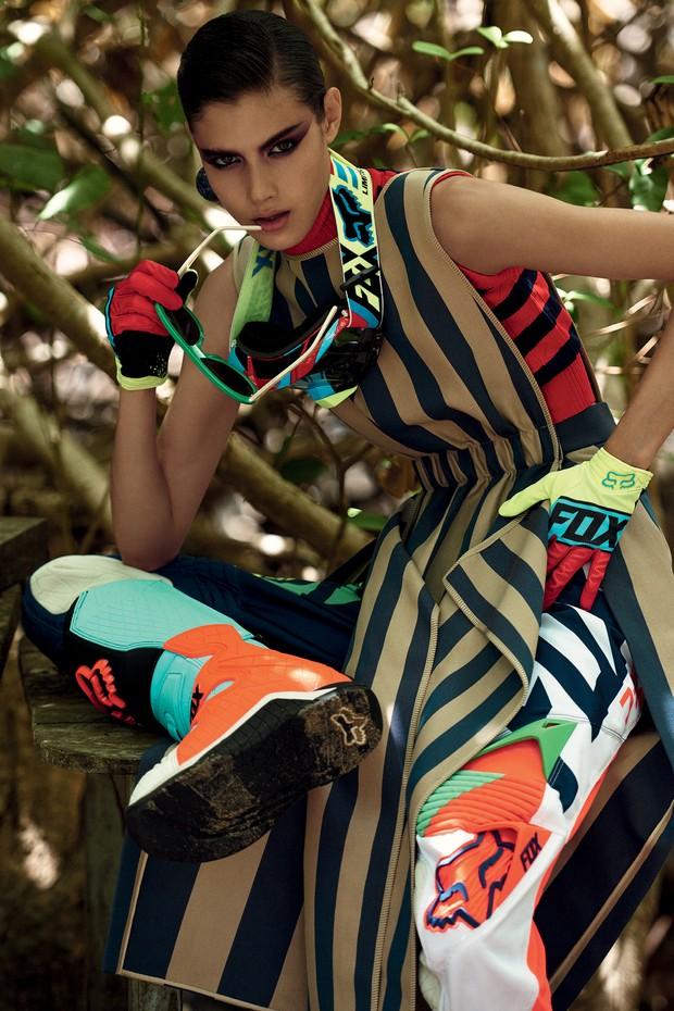 Cameron Traiber usa top, R$ 2.600, e vestido, R$ 7.990, ambos Fendi; calça, óculos, luvas e botas, tudo Fox. Brinco, a partir de R$ 2.530, Chanel; óculos, Stella McCartney (Foto: Zee Nunes)