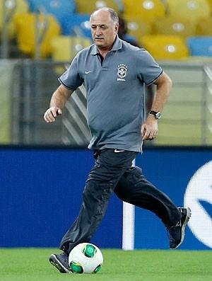 Felipão com a bola treino reconhecimento Maracanã (Foto: AP)