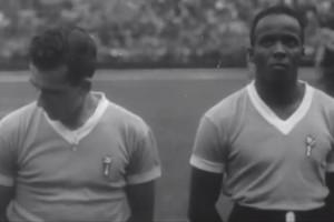 Jogadores do Uruguai em cena inédita garimpada para o documentário  'Maracaná' (Foto: Reprodução TV Globo)