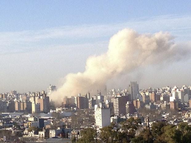 Fumaça de explosão em prédio é vista na cidade de Rosário, na Argentina (Foto: Andres Ponte/AP)