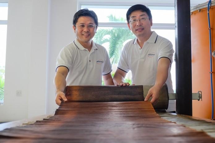 Darren Sun e Wong Ann Chai, inventores da membrana nanotecnológica que filtra água (Foto: Divulgação/NTU)