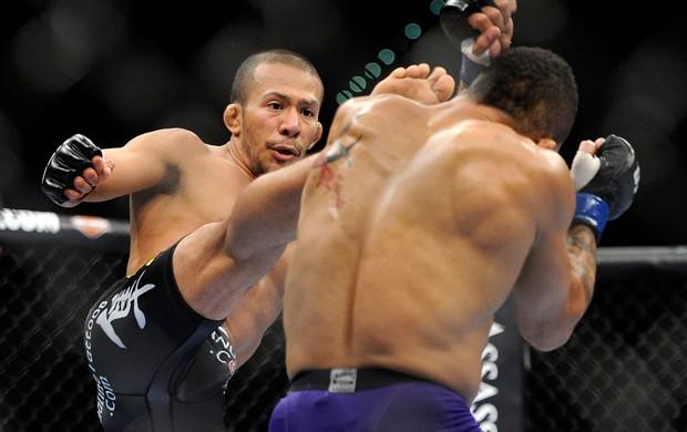 UFC 148  ivan Menjivar e Mike easton (Foto: Agência AP)