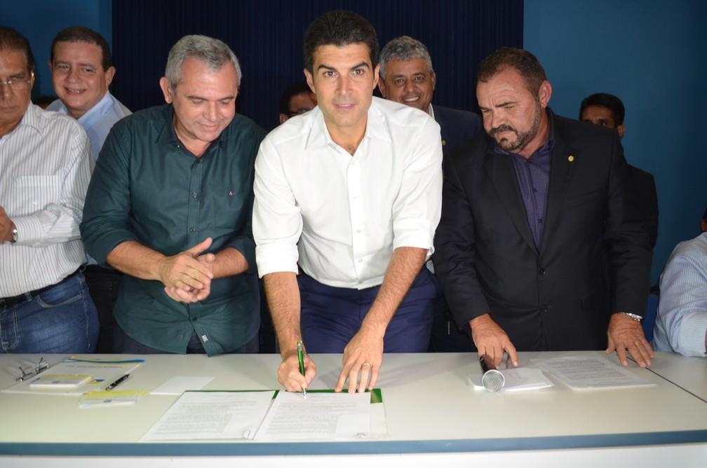 Ministro da Integração, Helder Barbalho, durante assinatura do termo de compromisso (Foto: Adonias Silva G1)