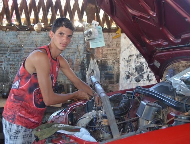 Marlon Ganso, jogador do Vasco do Acre também mecânico (Foto: Nathacha Albuquerque)