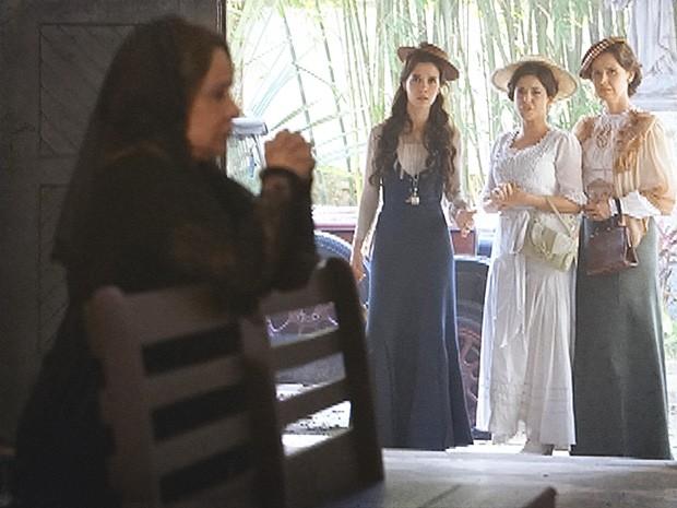 Dona Eulália é a primeira a virar a cara para Laura (Foto: Lado a Lado / TV Globo)