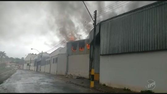 Incêndio atinge empresa de materiais agrícolas em Espírito Santo do Pinhal; vídeo