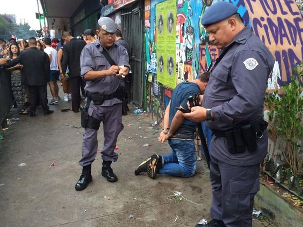 Policiais militares fazem a detenção de suspeito de furto de celular na Parada Gay em São Paulo (Foto: Glauco Araújo/G1)