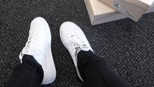 Tênis branco: tendência de moda hi-lo que valoriza seu look; acesse (Fernanda Maciel)