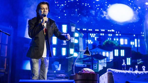 """Dan Torres canta a versão """"Lucy in the Sky with Diamonds"""", dos Beatles, que embala a abertura da novela das nove, Império (Foto: Aline Massuca/Globo)"""