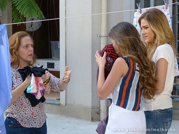 Flaviana e Sofia fingem que não sabem de nada e confirmam a Vera que roupas de Meg fedem a cigarro (Foto: Malhação / TV Globo)