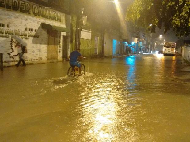 Ruas em Piedade, Jaboatão, também ficaram alagadas (Foto: Reprodução / WhatsApp)