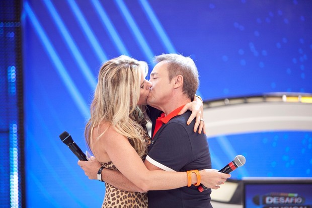 Gugu Liberato beijando Adrieane Galisteu (Foto: Edu Moraes)