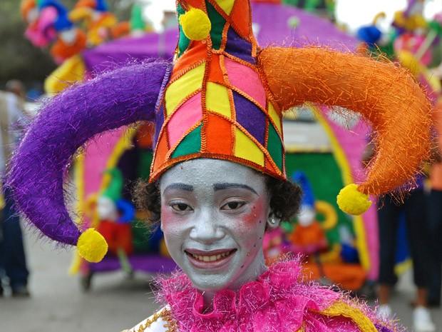 Jovem vestido de arlequim no desfile Banda Bou em Barber, no sábado de carnaval (Foto: © Haroldo Castro/ÉPOCA)