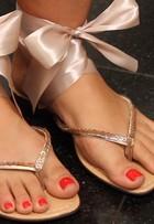 Assista a vídeo e veja como customizar sua sandália rasteirinha