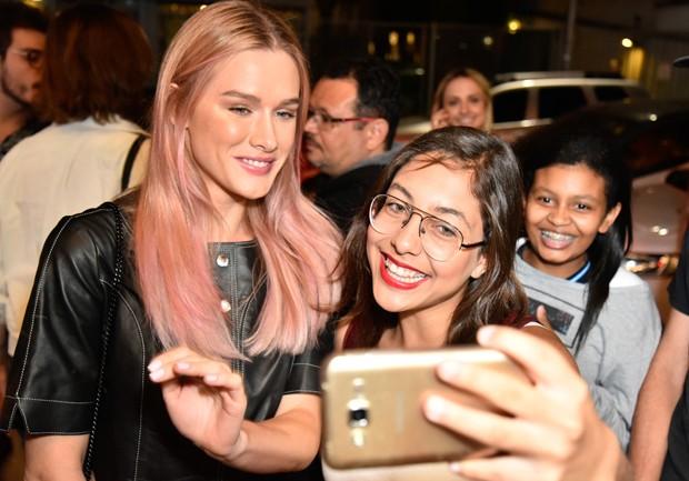 Fiorella Mattheis e fãs (Foto: Caio Duran/Brazil News)