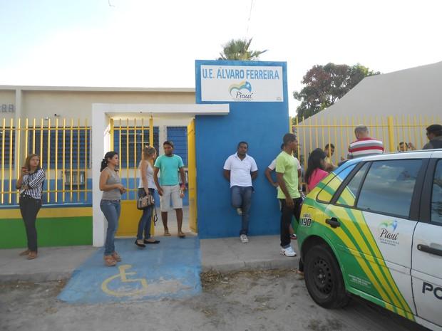 Prova na Unidade Escolar Álvaro Ferreira, Zona Sul de Teresina, não chegou a ser aplicada após uma hora de atraso (Foto: Catarina Costa/G1)