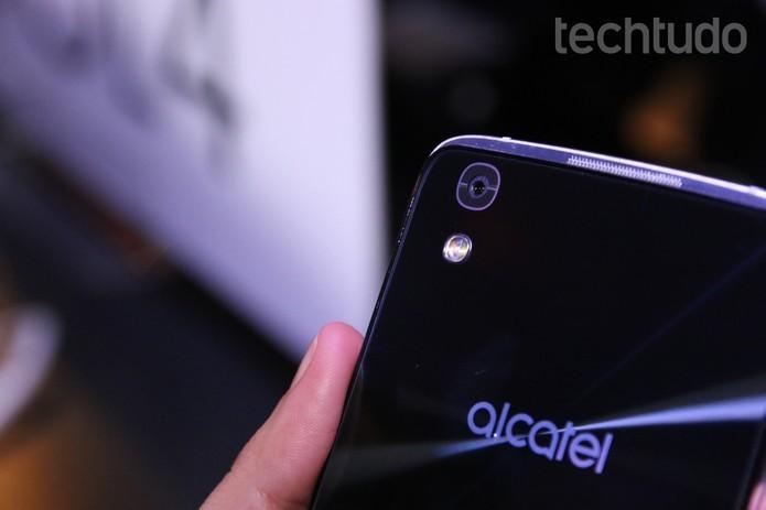 Idol 4 tem câmera frontal de 8 MB com flash e traseira de 13 MP (Foto: Fabricio Vitorino/TechTudo)