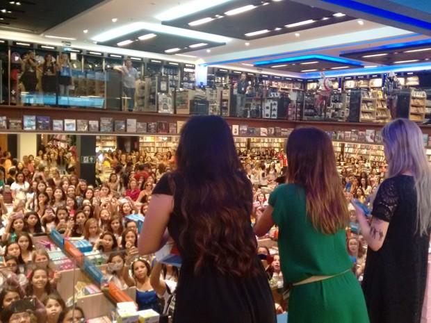 Leitores lotaram livraria de BH para conhecer as escritoras.  (Foto: Thaís Leocádio/G1)