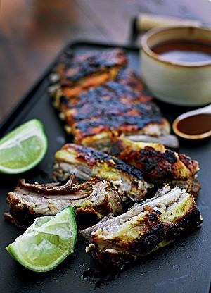 Costelinha de porco com mostarda e mel e molho barbecue (Foto: Rogério Voltan/Casa e Comida)